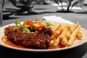 Pièce du boucher, frites, salade & sa sauce au choix